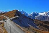 The highway winds between hillsides  — Stok fotoğraf
