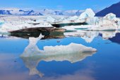 Icebergs in smooth water — Stock Photo