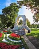 The arch frames the bronze statue of Johann Strauss — Fotografia Stock
