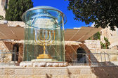 Large gold-plated menorah — Stock fotografie