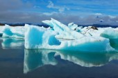 Blue and turquoise icebergs — Stock Photo