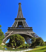 The Eiffel Tower against bright blue sky — Stock Photo