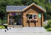 Wooden hut with souvenirs in Novosibirsk Zoo. Russia. — Stock Photo