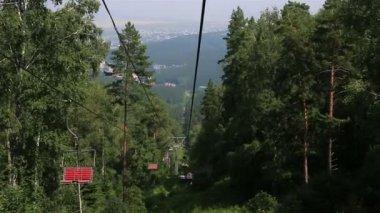 Ski chairlift on Mount Tserkovka in Belokurikha. Altai Krai. Russia. — Stock Video