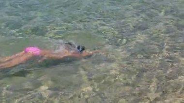 Child swims in the sea. Sithonia peninsula. Northern Greece. — Stock Video