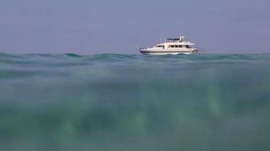 Красивая яхта, приплывающая в Эгейском море. северная Греция. — Стоковое видео