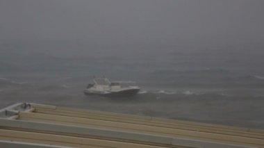 Båt i koppel i stormiga Egeiska havet. — Stockvideo