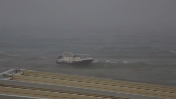 Barco con una correa en el tempestuoso mar Egeo. — Vídeo de stock