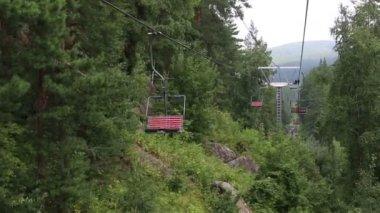 Ski chairlift on Mount Tserkovka in Belokurikha. Altai Krai. — Stock Video