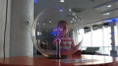 Model lightning in vacuum space. Novosibirsk planetarium. — Stock Video