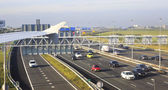 шоссе около международного аэропорта в амстердаме. — Стоковое фото