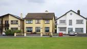 Modern accommodation on the outskirts of town Galway — Stock Photo