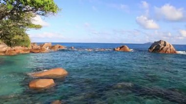 Beautiful granite boulders in Indian Ocean on the beach of Anse Lazio. — Stock Video