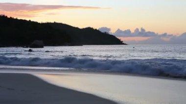 Onde al tramonto sulla spiaggia di Anse Lazio. — Video Stock