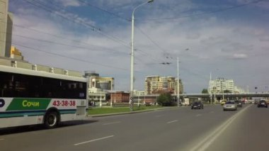 Krasny Put Street and Bridge named after the sixtieth anniversary of victory. — Stock Video