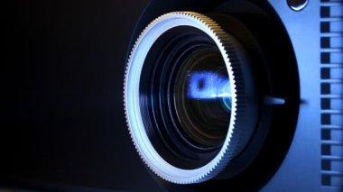 Objectif de projecteur de cinéma numérique — Vidéo