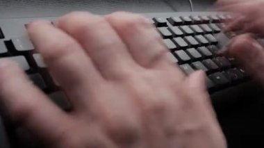 Digitando su una tastiera — Video Stock
