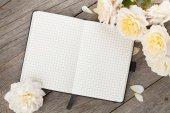 空白的记事本和白色的玫瑰花朵 — 图库照片