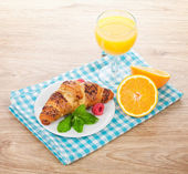 Orange juice and fresh croissant — Stock Photo