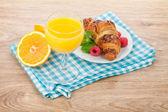 桔子汁和新鲜牛角包 — 图库照片