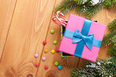 Christmas background with snow fir tree, gift box — Stockfoto