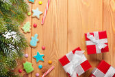 Fir tree, gingerbread cookies and gift boxes — ストック写真