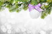 Boże Narodzenie kolorowy wystrój i śnieg świerk — Zdjęcie stockowe
