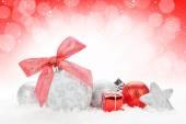 Decorazioni colorate di Natale sulla neve — Foto Stock