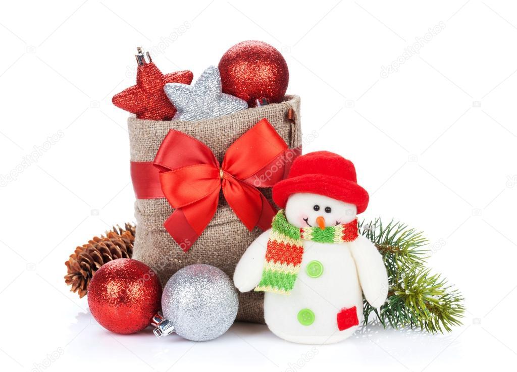 圣诞礼品盒, 装饰和雪人玩具.白色背景上孤立— photo by karandaev