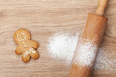 Rolling pin with flour and gingerbread cookie — Stock Photo
