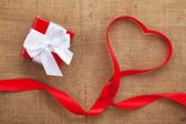 Heart shape ribbon and gift box — Stockfoto