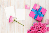 Gift box full of pink roses — Photo