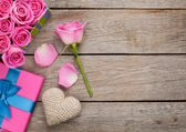 Valentines day background with gift box full of pink roses — Foto de Stock