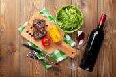 Стейк с кукурузой, салат и вино — Стоковое фото