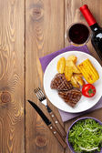 Steak with  potato, corn,   and  wine — Stockfoto