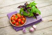 Farmers tomatoes and basil — Stock Photo