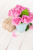 Valentines day  roses  and gift box — Stock Photo