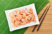 Cooked shrimps and chopsticks — Photo