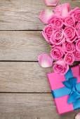Valentines day background with gift box — Stock Photo