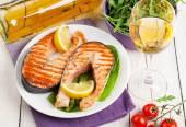 Grilled salmon and white wine — Stockfoto