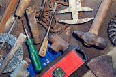 Bancada de metal com ferramentas antigas — Fotografia Stock