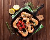 Grilled shrimps on frying pan — Stock Photo