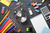Fournitures scolaires sur fond de tableau noir — Photo