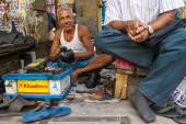 Shoe shiner in Kolkata, India — Stock Photo