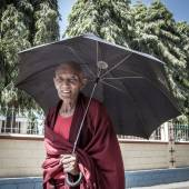 Buddhist monk in Namdroling Monastery — ストック写真