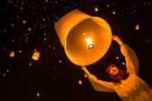Woman and the sky lanterns — Stock Photo