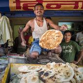 Man cooking traditional nan — Стоковое фото