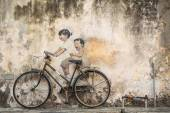 Graffiti of children on a bicycle in Georgetown, Penang — Stock Photo