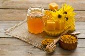 Still life di miele, cera, favi, flawers e polline granu — Foto Stock