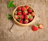 Ripe Strawberry in a wooden Bowl on the table  — Stock Photo